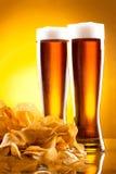 Due vetri di birra e delle patatine fritte Fotografia Stock Libera da Diritti