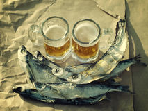 Due vetri di birra, pesce salato Fotografia Stock