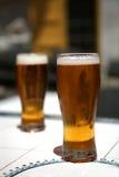 Due vetri di birra pieni con le bolle Immagine Stock Libera da Diritti