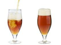Due vetri di birra scura dell'alcool con schiuma isolata Fotografia Stock