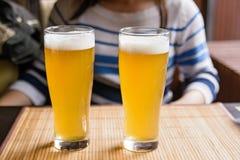 Due vetri di birra su una tavola in ristorante Fotografia Stock