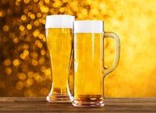 Due vetri di birra sulla tavola Immagini Stock