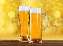 Due vetri di birra sulla tavola Immagini Stock Libere da Diritti