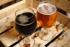 Due vetri di birra in una cassa Immagine Stock