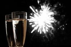 Due vetri di Champagne ai fuochi d'artificio di notte Fotografia Stock