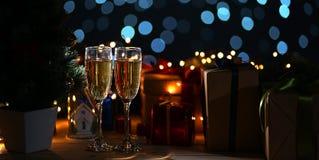 Due vetri di Champagne Beside Christmas Tree e di Natale Prese fotografie stock