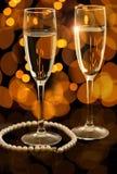Due vetri di champagne con la collana della perla Immagini Stock Libere da Diritti