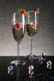 Due vetri di champagne con le fragole Fotografie Stock