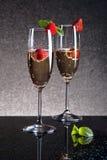Due vetri di champagne con le fragole Fotografia Stock