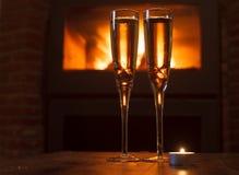 Due vetri di champagne davanti a fuoco Immagini Stock Libere da Diritti