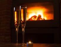 Due vetri di champagne davanti a fuoco Immagine Stock Libera da Diritti