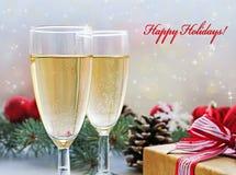 Due vetri di champagne, del regalo e delle decorazioni di Natale fotografia stock