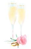 Due vetri di champagne, delle rose e degli anelli Fotografia Stock Libera da Diritti