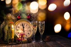 Due vetri di champagne e delle candele festive fotografia stock
