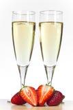 Due vetri di Champagne e delle fragole Immagine Stock