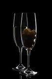 Due vetri di champagne o di vino con l'uva Fotografie Stock Libere da Diritti
