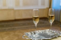 Due vetri di champagne su un vassoio immagine stock libera da diritti