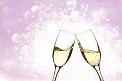 Due vetri di champagne sul fondo del brillante Fotografia Stock