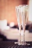 Due vetri di champagne in un salotto della stazione termale Concetto di tempo della stazione termale Stazione termale Fotografia Stock Libera da Diritti