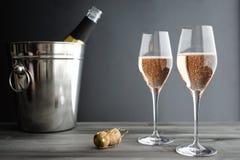 Due vetri di Rose Pink Champagne Fotografie Stock Libere da Diritti
