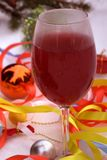 Due vetri di un vino rosso con le luci calde nei precedenti, atmosfera romantica immagini stock
