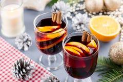 Due vetri di vin brulé caldo con le spezie e l'arancia affettata Il Natale beve con le decorazioni Vista superiore fotografia stock