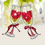 Due vetri di vino di anniversario del fumetto riempiti di tintinnio dei fiori immagine stock libera da diritti
