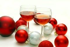 Due vetri di vino circondati dalle decorazioni di Natale Immagini Stock Libere da Diritti
