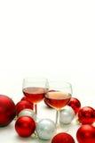 Due vetri di vino circondati dalle decorazioni di Natale Fotografia Stock