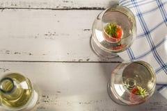 Due vetri di vino con vino bianco e la fragola Immagini Stock Libere da Diritti