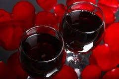 Due vetri di vino con i petali di sono aumentato Immagine Stock