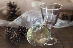 Due vetri di vino con le decorazioni di natale Fotografia Stock Libera da Diritti