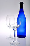 Due vetri di vino e bottiglia blu Fotografia Stock