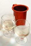 Due vetri di vino e della brocca fotografia stock libera da diritti