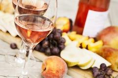 Due vetri di vino rosato Fotografie Stock Libere da Diritti