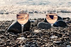 Due vetri di vino rosato dal mare Fotografie Stock