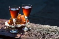 Due vetri di vino rosato e dell'uva casalinghi Immagini Stock Libere da Diritti