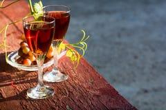 Due vetri di vino rosato e dell'uva casalinghi Immagine Stock