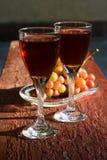 Due vetri di vino rosato e dell'uva casalinghi Fotografia Stock