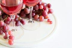 Due vetri di vino rosato e dell'uva casalinghi Fotografie Stock