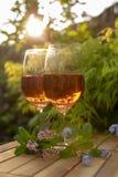 Due vetri di vino rosato freddi sono servito sul terrazzo all'aperto in giardino w Immagine Stock Libera da Diritti
