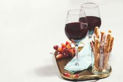 Due vetri di vino rosso con gli spuntini Fotografie Stock