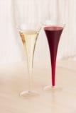 Due vetri di vino rosso e bianco fotografia stock