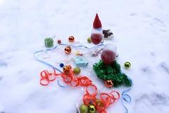 Due vetri di vino rosso e degli ornamenti di Natale, su bianco Fotografie Stock Libere da Diritti
