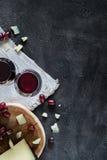 Due vetri di vino rosso, manchego spagnolo tagliato del formaggio a pasta dura, vista superiore Fotografie Stock Libere da Diritti