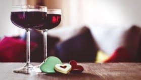 Due vetri di vino rosso su una tabella Fotografie Stock Libere da Diritti