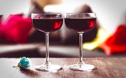 Due vetri di vino rosso su una tabella Immagini Stock Libere da Diritti