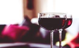 Due vetri di vino rosso su una tabella Immagine Stock