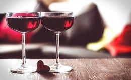 Due vetri di vino rosso su una tabella Fotografia Stock