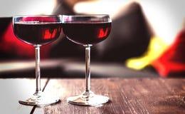 Due vetri di vino rosso su una tabella Immagini Stock